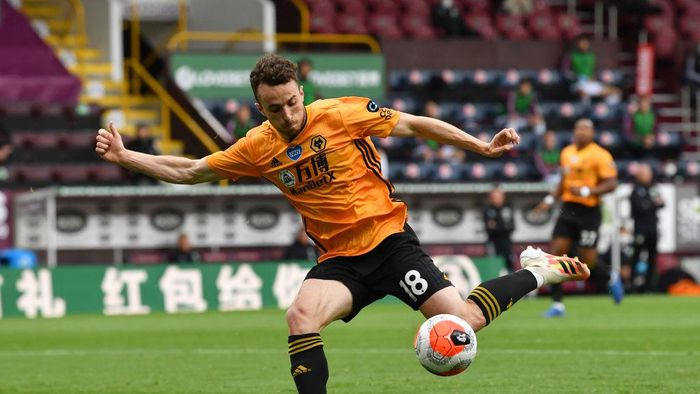BURNLEY, ENGLAND - JULY 15: Diogo Jota of Wolverhampton Wanderers shoots during the Premier League match between Burnley FC and Wolverhampton Wanderers at Turf Moor on July 15, 2020 in Burnley, England. Football Stadiums around Europe remain empty due to the Coronavirus Pandemic as Government social distancing laws prohibit fans inside venues resulting in all fixtures being played behind closed doors. (Photo by Paul Ellis/Pool via Getty Images)