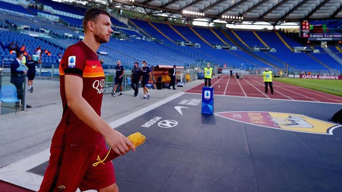 ROME, ITALY - JULY 26:  Edin Dzeko of AS Roma enter to the field during the Serie A match between AS Roma and ACF Fiorentina at Stadio Olimpico on July 26, 2020 in Rome, Italy.  (Photo by Paolo Bruno/Getty Images)