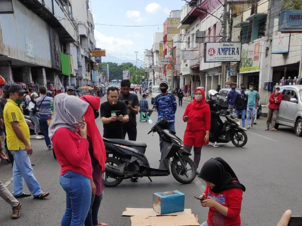 Emak-emak Botram di Tengah Jalan Ternyata Bentuk Protes Pedagang Pasar Baru