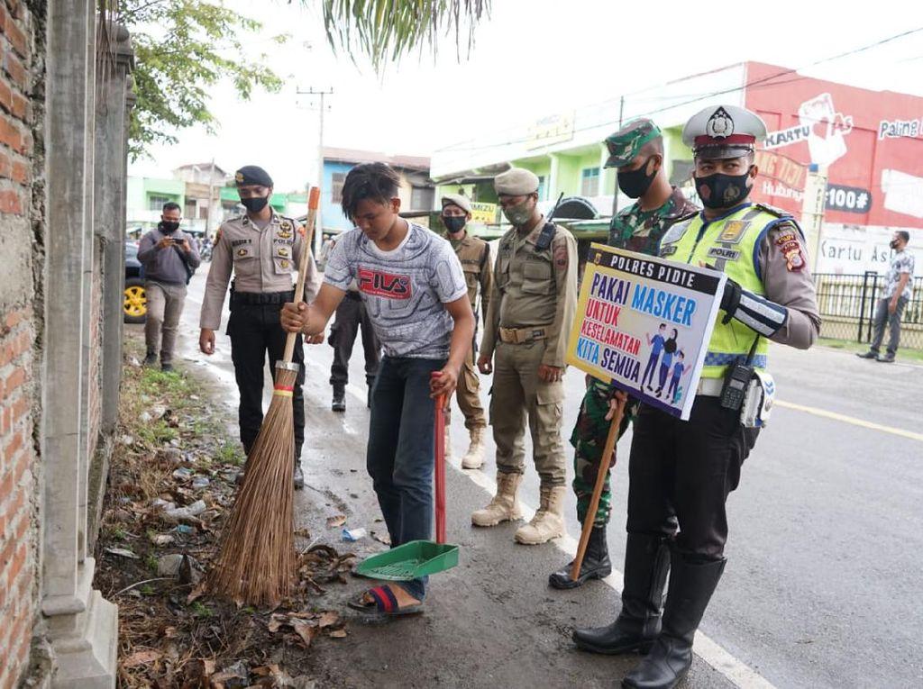 Tak Pakai Masker, 107 Warga Pidie Aceh Dihukum Sapu Jalan-Pasar