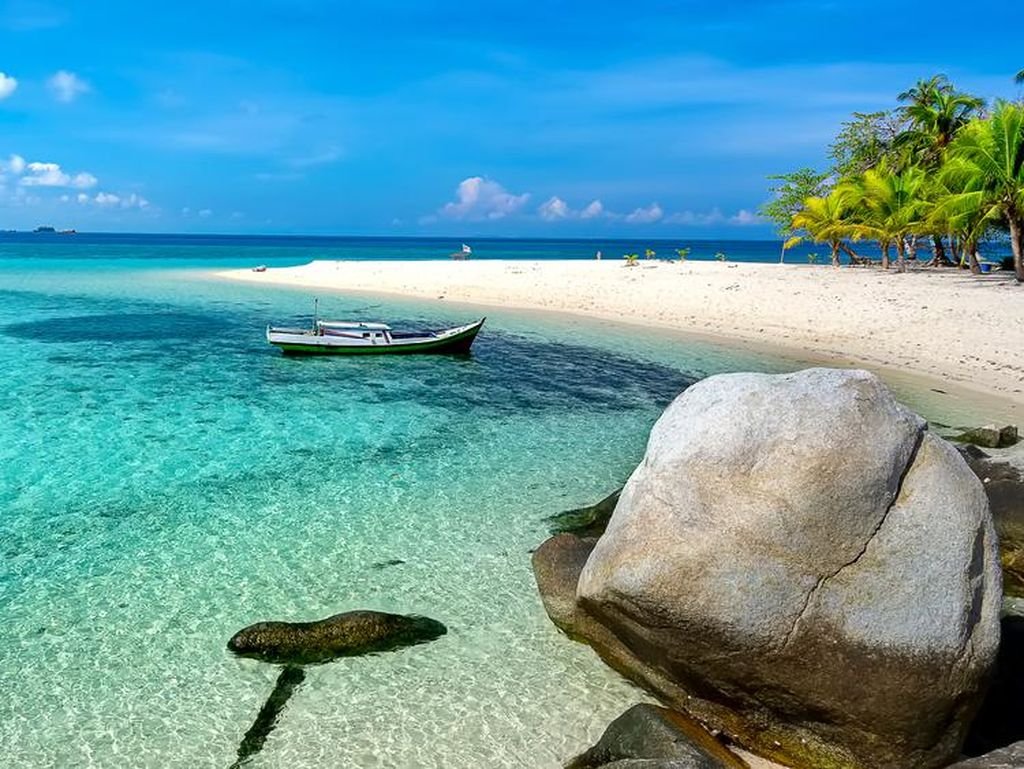 Belum Terjamah! 5 Pantai di Indonesia Ini Masih Asri Banget