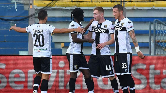 PARMA, ITALY - JULY 28: Dejan Kulusevski of Parma Calcio  celebrates after scoring the opening goal with teammates during the Serie A match between Parma Calcio and Atalanta BC at Stadio Ennio Tardini on July 28, 2020 in Parma, Italy. (Photo by Alessandro Sabattini/Getty Images)