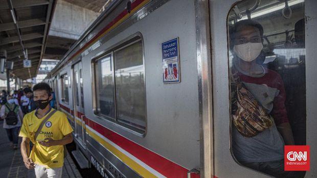 Penumpang KRL Commuter Line di Stasiun Tanah Abang, Jakarta, Sabtu, 19 September 2020. PT Kereta Commuter Indonesia (KCI) akan menyesuaikan jam operasional KRL Commuter Line mulai Sabtu (19/9), hal itu dilakukan sehubungan dengan pemberlakuan PSBB di DKI Jakarta. KRL akan beroperasi mulai pukul 04.00 hingga pukul 20.00 WIB, dengan kereta pemberangkatan pertama memasuki wilayah DKI Jakarta sekitar pukul 05:00 WIB dan kereta-kereta terakhir meninggalkan wilayah DKI Jakarta sekitar pukul 19:00 WIB. CNN Indonesia/Bisma Septalisma