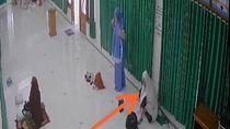 Aksi Perempuan Curi Ponsel dalam Masjid di Cianjur Terekam CCTV