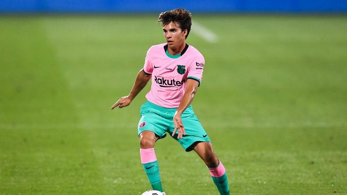 BARCELONA, SPAIN - SEPTEMBER 16: Riqui Puig of FC Barcelona runs with the ball during the during the pre-season friendly match between FC Barcelona and Girona at Estadi Johan Cruyff on September 16, 2020 in Barcelona, Spain. (Photo by David Ramos/Getty Images)