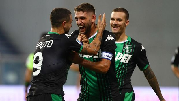 REGGIO NELL'EMILIA, ITALY - JULY 29:  Francesco Caputo (L) of US Sassuolo celebrates his goal with his team-mate Domenico Berardi (C) during the Serie A match between US Sassuolo and Genoa CFC at Mapei Stadium - Citta del Tricolore on July 29, 2020 in Reggio nell'Emilia, Italy.  (Photo by Marco Luzzani/Getty Images)
