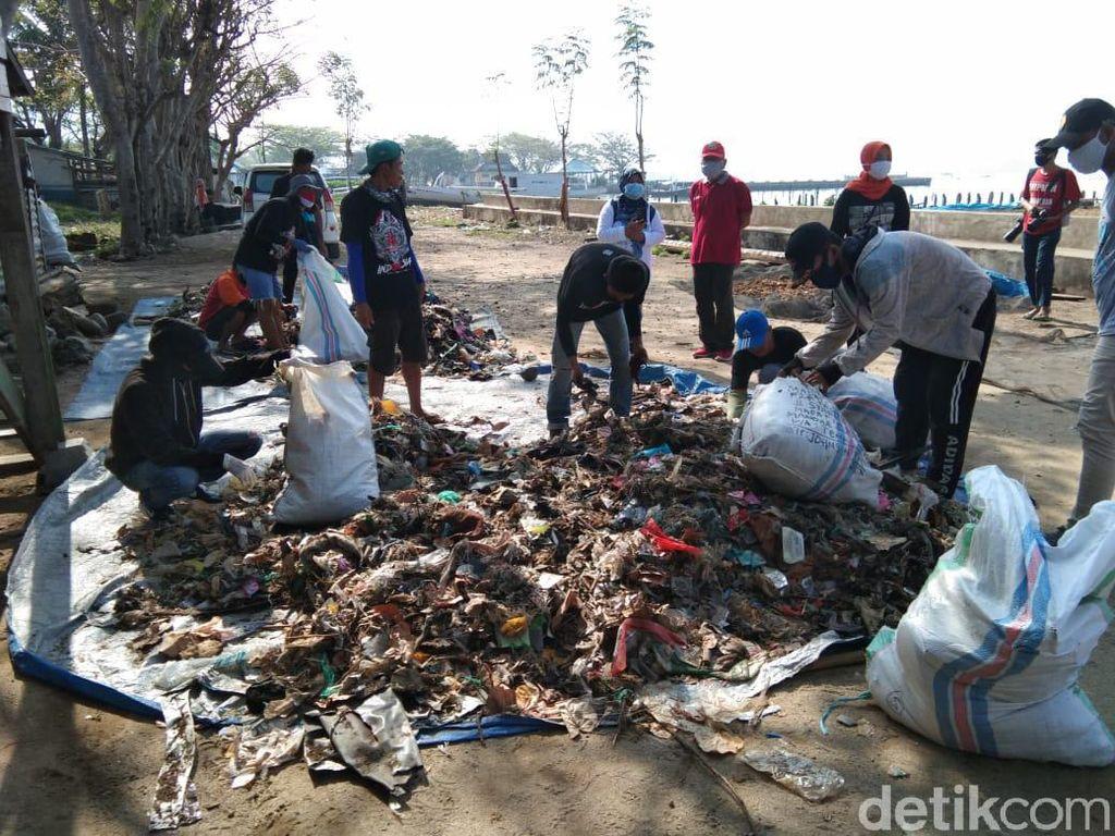 3 Ton Sampah Kiriman Ditemukan di Pantai Polman Sulbar