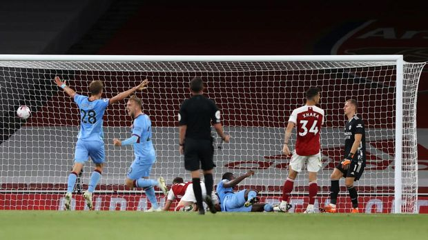 LONDON, ENGLAND - SEPTEMBER 19: Tomas Soucek and Jarrod Bowen of West Ham United celebrate as Michail Antonio of West Ham United scores their team's first goal during the Premier League match between Arsenal and West Ham United at Emirates Stadium on September 19, 2020 in London, England. (Photo by Ian Walton - Pool/Getty Images)