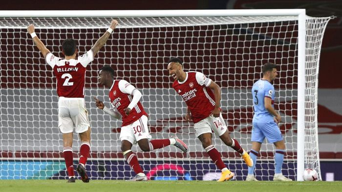 Arsenals Eddie Nketiah, second left, scores his sides second goal during the English Premier League soccer match between Arsenal and West Ham at the Emirates Stadium in London, England, Saturday, Sept. 19, 2020. (AP Photo/Ian Walton, Pool)