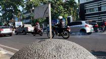 Bendera di Batu Granit Jalan Asia Afrika Bercopotan