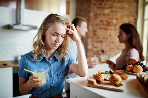 Meskipun enggak bisa kamu ungkapkan secara langsung, tapi diam-diam kamu merasa cemburu jika ada wanita lain di dekatnya.