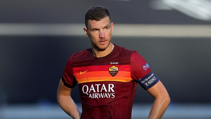 DUISBURG, GERMANY - AUGUST 06: Edin Dzeko of Roma reacts after conceding their second goal during the UEFA Europa League round of 16 single-leg match between Sevilla FC and AS Roma at MSV Arena on August 06, 2020 in Duisburg, Germany. (Photo by Friedemann Vogel/Pool via Getty Images)