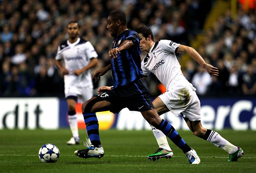 LONDON, ENGLAND - NOVEMBER 02:  Maicon of Inter Milan is closed down by Gareth Bale of Spurs during the UEFA Champions League Group A match between Tottenham Hotspur and Inter Milan at White Hart Lane on November 2, 2010 in London, England.  (Photo by Clive Rose/Getty Images)