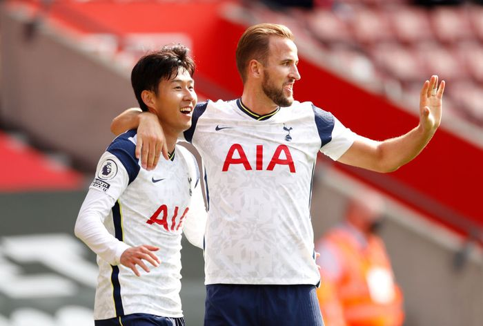 SOUTHAMPTON, ENGLAND - SEPTEMBER 20: Heung-Min Son of Tottenham Hotspur celebrates with teammate Harry Kane after scoring his teams third goal during the Premier League match between Southampton and Tottenham Hotspur at St Marys Stadium on September 20, 2020 in Southampton, England. (Photo by Andrew Boyers - Pool/Getty Images)