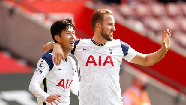 SOUTHAMPTON, ENGLAND - SEPTEMBER 20: Heung-Min Son of Tottenham Hotspur celebrates with teammate Harry Kane after scoring his team's third goal during the Premier League match between Southampton and Tottenham Hotspur at St Mary's Stadium on September 20, 2020 in Southampton, England. (Photo by Andrew Boyers - Pool/Getty Images)