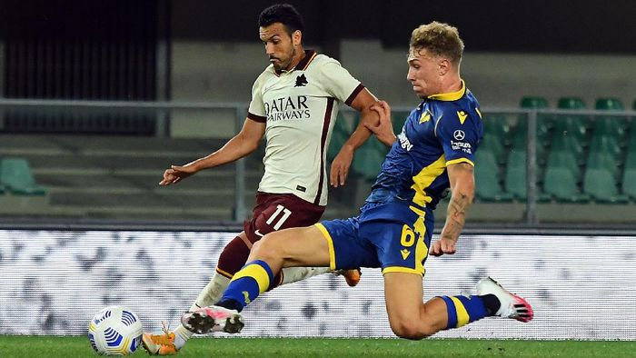 VERONA, ITALY - SEPTEMBER 19: Pedro of AS Roma  competes for the ball with Matteo Lovato of Hellas Verona during the Serie A match between Hellas Verona FC and AS Roma at Stadio Marcantonio Bentegodi on September 19, 2020 in Verona, Italy. (Photo by Alessandro Sabattini/Getty Images)