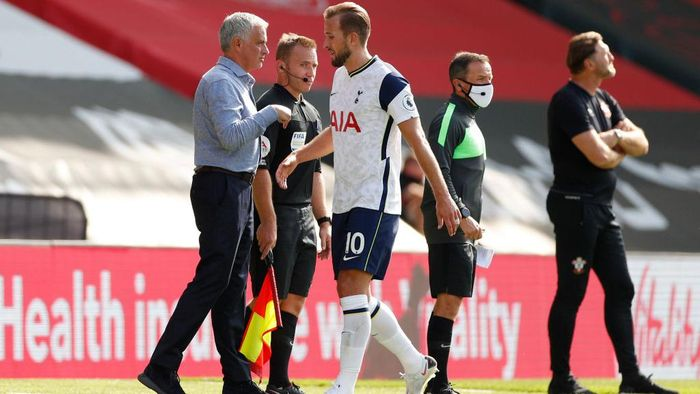 SOUTHAMPTON, ENGLAND - SEPTEMBER 20: Jose Mourinho, Manager of Tottenham Hotspur gives his team instructions during the Premier League match between Southampton and Tottenham Hotspur at St Marys Stadium on September 20, 2020 in Southampton, England. (Photo by Andrew Boyers - Pool/Getty Images)