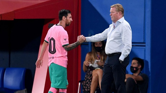 BARCELONA, SPAIN - SEPTEMBER 16: Ronald Koeman, Head Coach of FC Barcelona greets Lionel Messi of FC Barcelona as Lionel Messi is substituted off during the pre-season friendly match between FC Barcelona and Girona at Estadi Johan Cruyff on September 16, 2020 in Barcelona, Spain. (Photo by David Ramos/Getty Images)