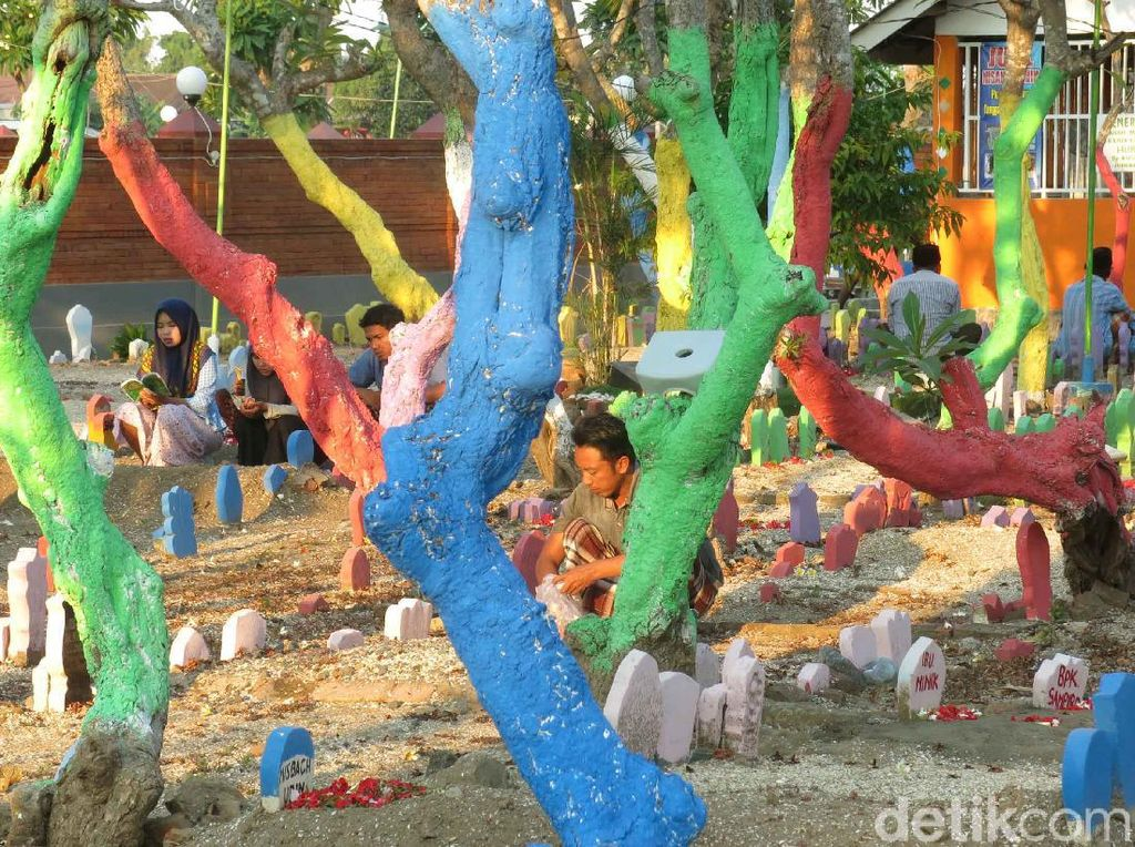 Melihat Makam Warna-warni di Sidoarjo yang Usir Kesan Angker