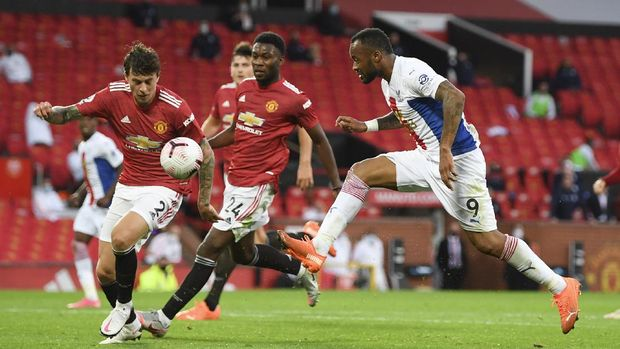 Crystal Palace's Jordan Ayew, right, and Manchester United's Victor Lindelof, left, challenge for the ball during the English Premier League soccer match between Manchester United and Crystal Palace at the Old Trafford stadium in Manchester, England, Saturday, Sept. 19, 2020. (Shaun Botterill/Pool via AP)