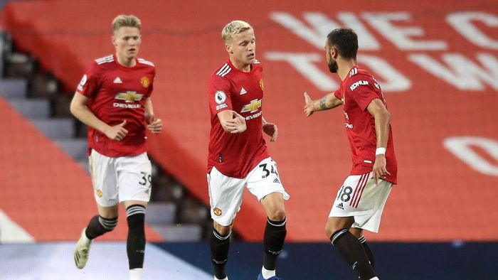MANCHESTER, ENGLAND - SEPTEMBER 19: Donny Van De Beek of Manchester United celebrates with teammate Bruno Fernandes  after scoring his teams first goal during the Premier League match between Manchester United and Crystal Palace at Old Trafford on September 19, 2020 in Manchester, England. (Photo by Martin Rickett - Pool/Getty Images)