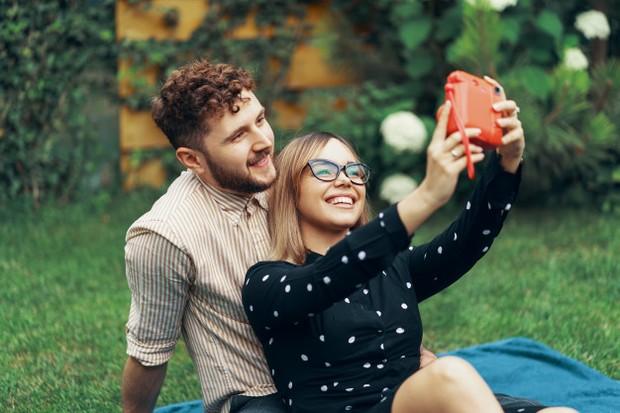 Jika kamu mulai mengandalkan sahabatmu dalam urusan yang sedang dihadapi, ini bisa jadi salah satu tanda kamu mulai jatuh cinta dengannya.