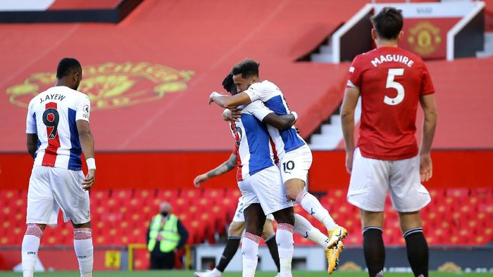 MANCHESTER, ENGLAND - SEPTEMBER 19: Andros Townsend of Crystal Palace celebrates with teammate Jeffrey Schlupp after scoring his teams first goal during the Premier League match between Manchester United and Crystal Palace at Old Trafford on September 19, 2020 in Manchester, England. (Photo by Richard Heathcote/Getty Images )