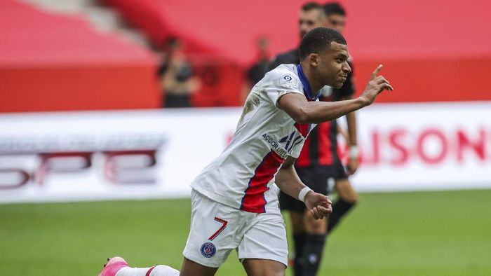 PSGs Kylian Mbappe celebrates after scoring a penalty shoot during the French League One soccer match between Nice and Paris Saint-Germain at the Allianz Riviera stadium in Nice, France, Sunday, September 20, 2020. (AP Photo/Daniel Cole)