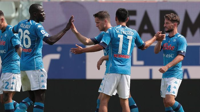 PARMA, ITALY - SEPTEMBER 20:  Dries Mertens (R) of SSC Napoli celebrates with his team-mates after scoring the opening goal during the Serie A match between Parma Calcio and SSC Napoli at Stadio Ennio Tardini on September 20, 2020 in Parma, Italy.  (Photo by Emilio Andreoli/Getty Images)