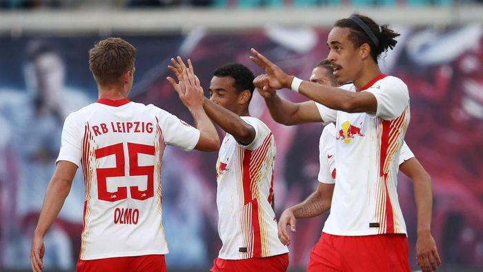 LEIPZIG, GERMANY - SEPTEMBER 20: Yussuf Poulsen of Leipzig celebrates his teams second goal with teammates during the Bundesliga match between RB Leipzig and 1. FSV Mainz 05 at Red Bull Arena on September 20, 2020 in Leipzig, Germany. Fans are set to return to Bundesliga stadiums in Germany despite to the ongoing Coronavirus Pandemic. Up to 20% of stadiums capacity are allowed to be filled. Final decisions are left to local health authorities and are subject to clubs hygiene concepts and the infection numbers in the corresponding region. (Photo by Maja Hitij/Getty Images)