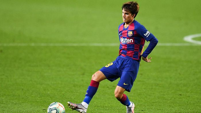 BARCELONA, SPAIN - JUNE 30: Riqui Puig of FC Barcelona runs with the ball during the Liga match between FC Barcelona and Club Atletico de Madrid at Camp Nou on June 30, 2020 in Barcelona, Spain. (Photo by David Ramos/Getty Images)