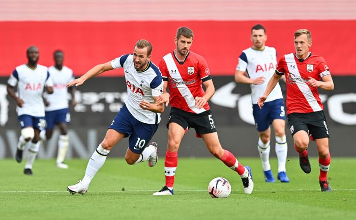 SOUTHAMPTON, ENGLAND - SEPTEMBER 20: Harry Kane of Tottenham Hotspur battles for possession with Jack Stephens of Southampton during the Premier League match between Southampton and Tottenham Hotspur at St Marys Stadium on September 20, 2020 in Southampton, England. (Photo by Justin Tallis - Pool/Getty Images)