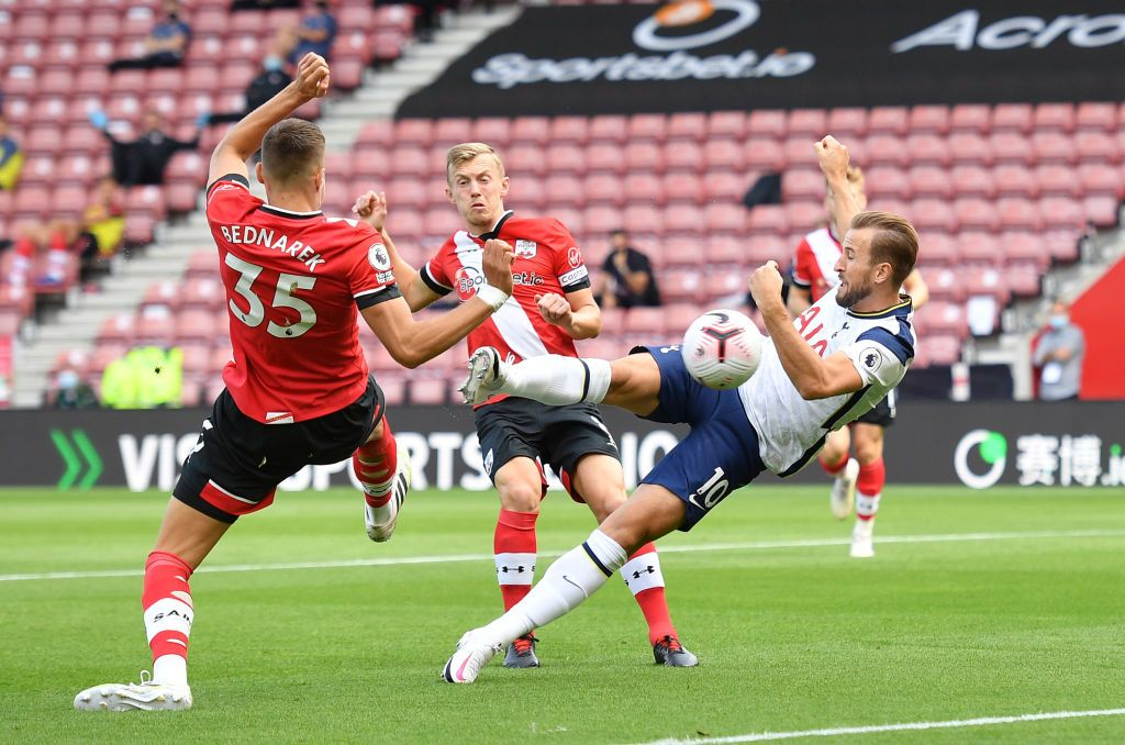 SOUTHAMPTON, ENGLAND - SEPTEMBER 20: Harry Kane of Tottenham Hotspur battles for possession with Jack Stephens of Southampton during the Premier League match between Southampton and Tottenham Hotspur at St Mary's Stadium on September 20, 2020 in Southampton, England. (Photo by Justin Tallis - Pool/Getty Images)