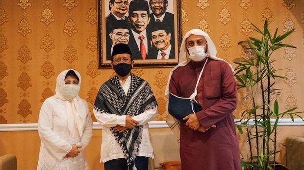 Setelah aktif kembali berceramah pasca insiden penusukan terhadap dirinya di Lampung pekan lalu, ulama dan penceramah kondang syekh Ali Jaber, hari Minggu sore (20/9), berkunjung ke kediaman Menko Polhukam, Mahfud MD.