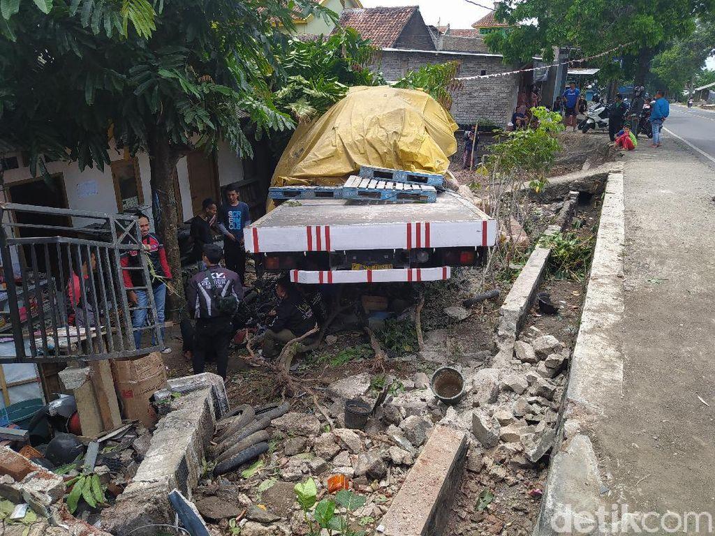 Truk Semen Tabrak Rumah dan Sepeda Motor di Cianjur