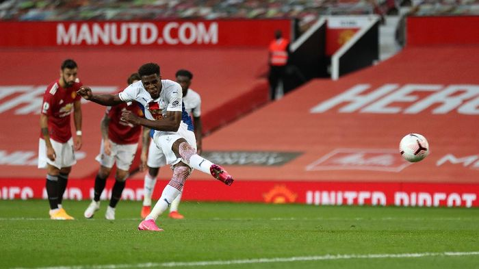 MANCHESTER, ENGLAND - SEPTEMBER 19: Wilfried Zaha of Crystal Palace scores a penalty for his teams second goal during the Premier League match between Manchester United and Crystal Palace at Old Trafford on September 19, 2020 in Manchester, England. (Photo by Martin Rickett - Pool/Getty Images)