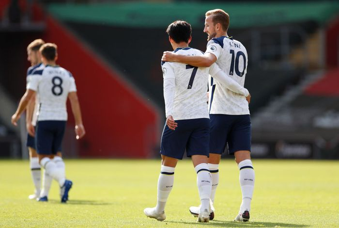 SOUTHAMPTON, ENGLAND - SEPTEMBER 20: Harry Kane of Tottenham Hotspur celebrates with teammate Heung-Min Son after scoring his teams fifth goal during the Premier League match between Southampton and Tottenham Hotspur at St Marys Stadium on September 20, 2020 in Southampton, England. (Photo by Andrew Boyers - Pool/Getty Images)