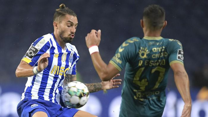 Portos Brazilian defender Alex Telles (L) vies with Bragas Portuguese defender Ricardo Esgaio during the Portuguese League football match between FC Porto and Sporting Braga at the Dragao stadium in Porto on September 19, 2020. (Photo by Fernando VELUDO / AFP)