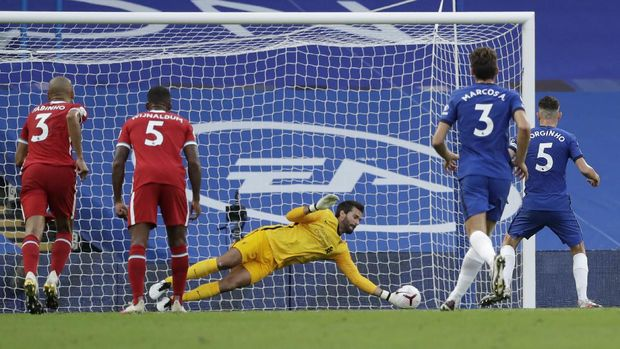 LONDON, ENGLAND - SEPTEMBER 20: Alisson Becker of Liverpool saves a penalty from Jorginho of Chelsea during the Premier League match between Chelsea and Liverpool at Stamford Bridge on September 20, 2020 in London, England. (Photo by Matt Dunham - Pool/Getty Images)