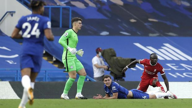 LONDON, ENGLAND - SEPTEMBER 20: Andreas Christensen of Chelsea and Sadio Mane of Liverpool react, after Andreas Christensen of Chelsea fouls Sadio Mane of Liverpool leading to a red card for Andreas Christensen following a VAR review during the Premier League match between Chelsea and Liverpool at Stamford Bridge on September 20, 2020 in London, England. (Photo by Matt Dunham - Pool/Getty Images)