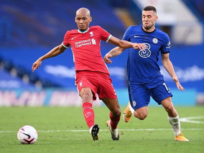 LONDON, ENGLAND - SEPTEMBER 20: Fabinho of Liverpool is challenged by Mateo Kovacic of Chelsea during the Premier League match between Chelsea and Liverpool at Stamford Bridge on September 20, 2020 in London, England. (Photo by Michael Regan/Getty Images)