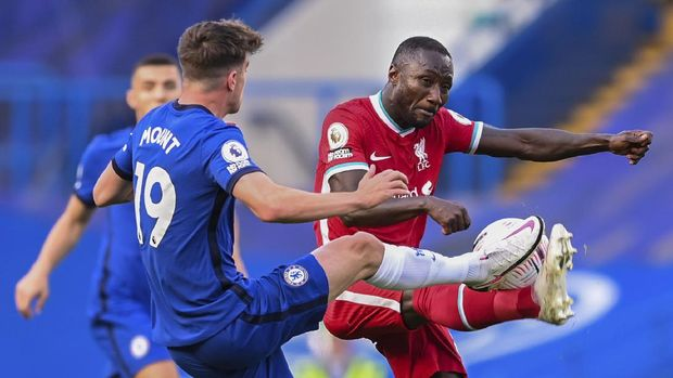 Chelsea's Mason Mount, left, duels for the ball with Liverpool's Naby Keita during the English Premier League soccer match between Chelsea and Liverpool at Stamford Bridge Stadium, Sunday, Sept. 20, 2020. (Michael Regan/Pool via AP)