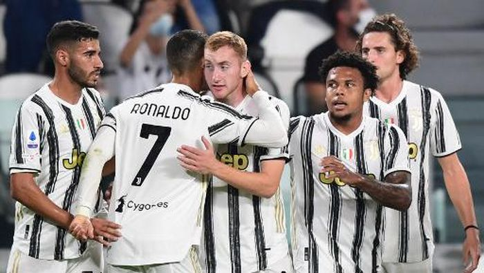 Juventus Portuguese forward Cristiano Ronaldo (2ndL) embraces Juventus Swedish forward Dejan Kulusevski after Kulusevski opened the scoring during the Italian Serie A football match Juventus vs Sampdoria on September 20, 2020 at the Juventus stadium in Turin. (Photo by Miguel MEDINA / AFP)