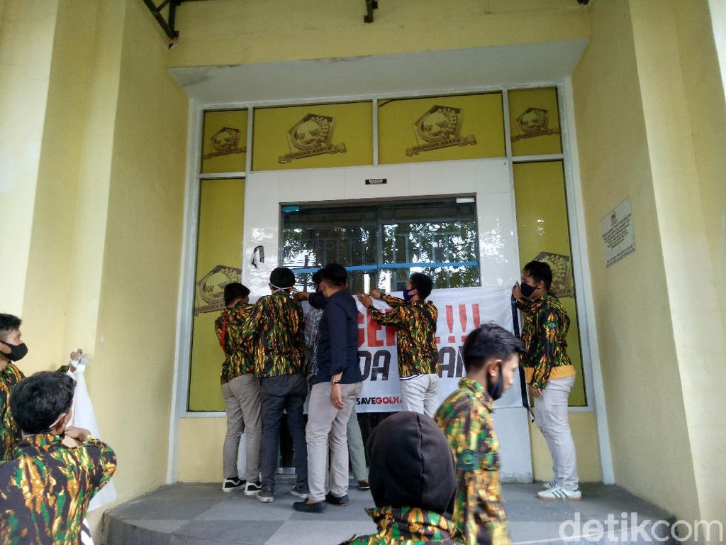Kantor Golkar Sulsel Digeruduk Kader, Massa Segel Pintu Masuk-Bakar Ban