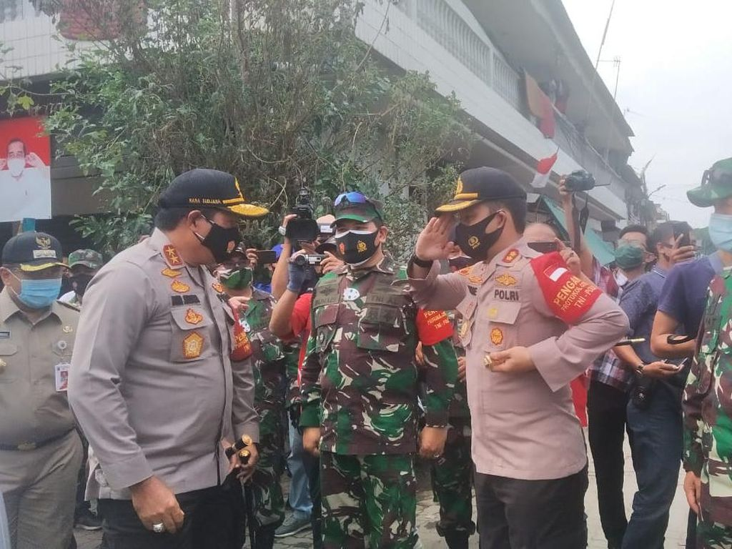 Kapolda Metro Bagikan Sembako-Masker ke Korban Kebakaran di Kalibaru Jakut