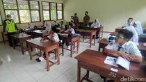 Gunakan Face Field-Masker, Pelajar di Pangandaran Mulai KBM Tatap Muka