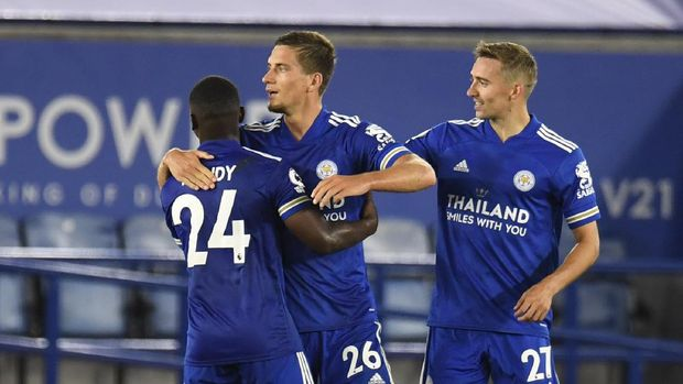 Leicester's Dennis Praet, center, celebrates after scoring his side's fourth goal during the English Premier League soccer match between Leicester City and Burnley at the King Power Stadium, Leicester, England, Sunday, Sept. 20, 2020. (AP Photo/Rui Vieira, Pool)