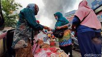 Momen Pedagang Berjualan Saat Pasar Wage Purwokerto Terbakar