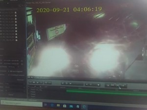 Rekaman CCTV Mobil Tabrak Gerbang-Terobos Polresta Tasikmalaya