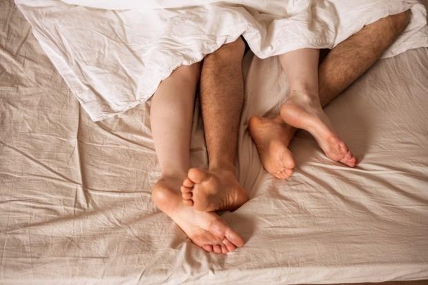 Biarkan istrimu berada dalam posisi miring dan lakukanintercoursesecara perlahan. Dijamin ia akan sangat bahagia dengan posisi ini.